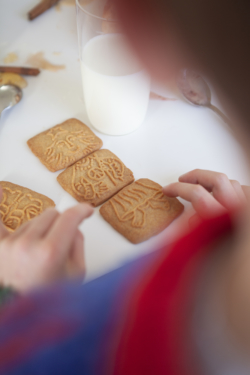 Enfant Construisant Personnage Speculoos Vanille Maison Dandoy