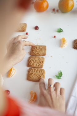 Personne Construisant Personnage Speculoos Maison Dandoy