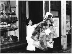 Vendeuse Maison Dandoy Paquet Cadeau